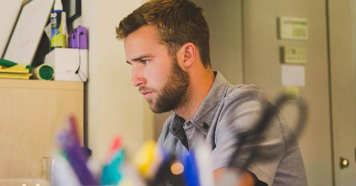 homme travaillant dans une startup
