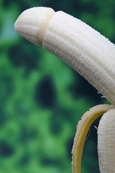 Le sexe après l'accouchement. Banane suggestive