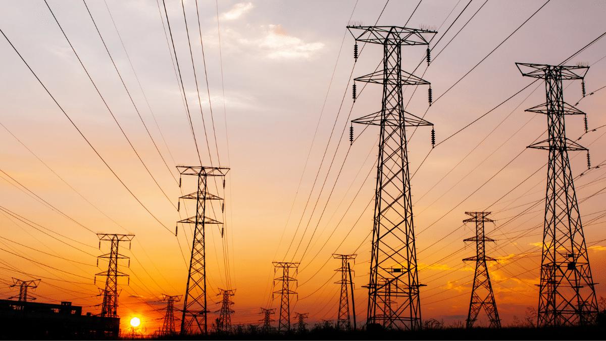 Des lignes électriques au soleil couchant