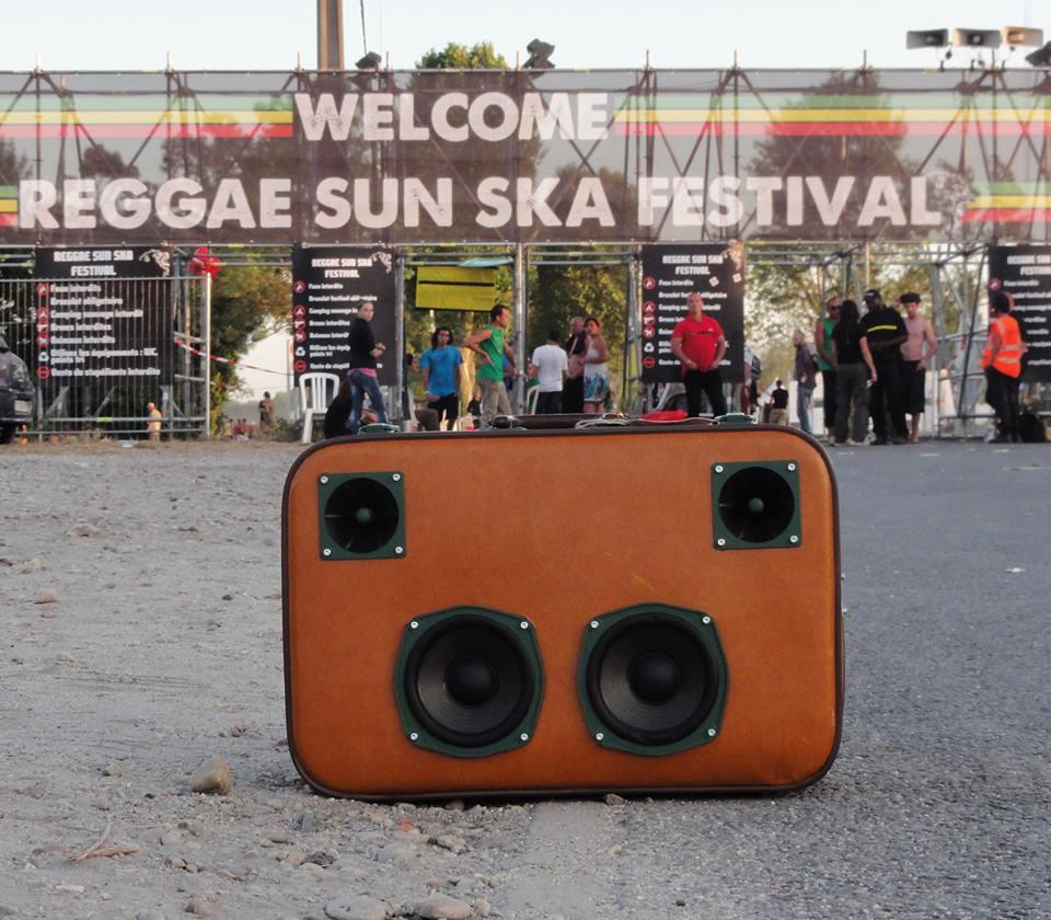 Une des valises Musciales au Reggae Sun Ska Festival