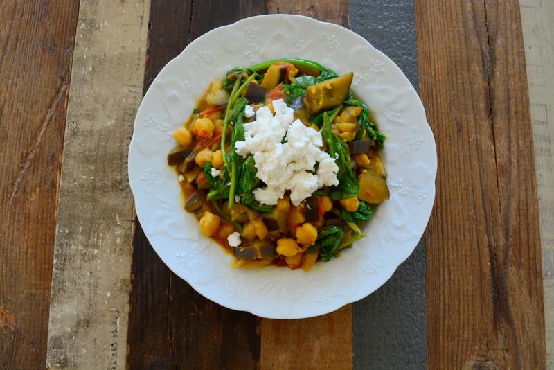 Aubergine curry met kikkererwten, tomaat, spinazie, feta, garam masala