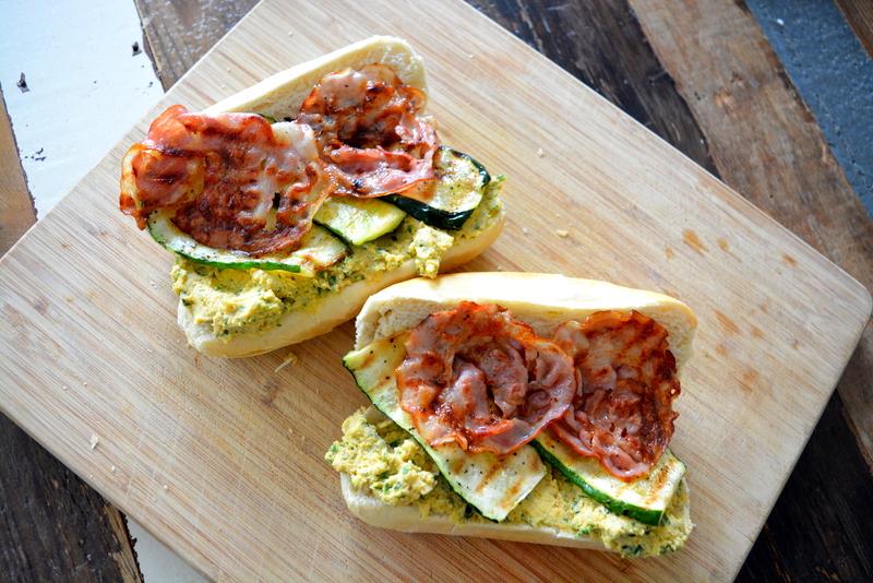 baguette met hummus, gegrilde courgette en ontbijtspek