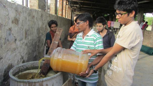 Making amrit paani with Pravah Jaipur volunteers at Suraj Maidan