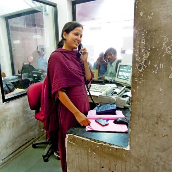 Agent féminine à la gare de Jaipur dans le Rajasthan, Inde