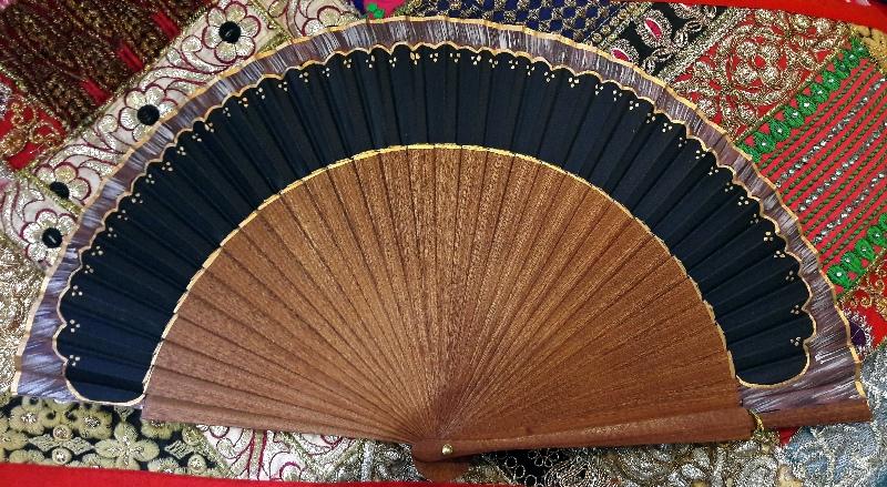 Eventail en bois de kotibé et coton peint à la main en Espagne.