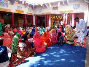 Femmes à la fête des fleurs au Krishna temple à Pushkar