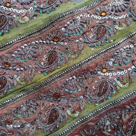Galon ancien doré sur fond moutarde broderie indienne