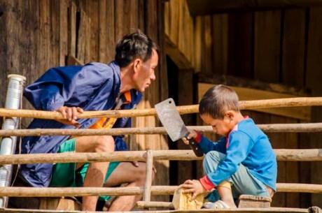 Les enfants dans le premier village Akha