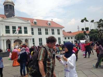 Our participant, Rand (USA), being interviewed by one of students in Fatahillah Square