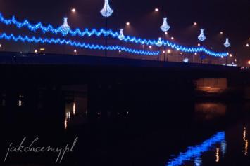 świąteczny most grunwaldzki w krakowie nocą