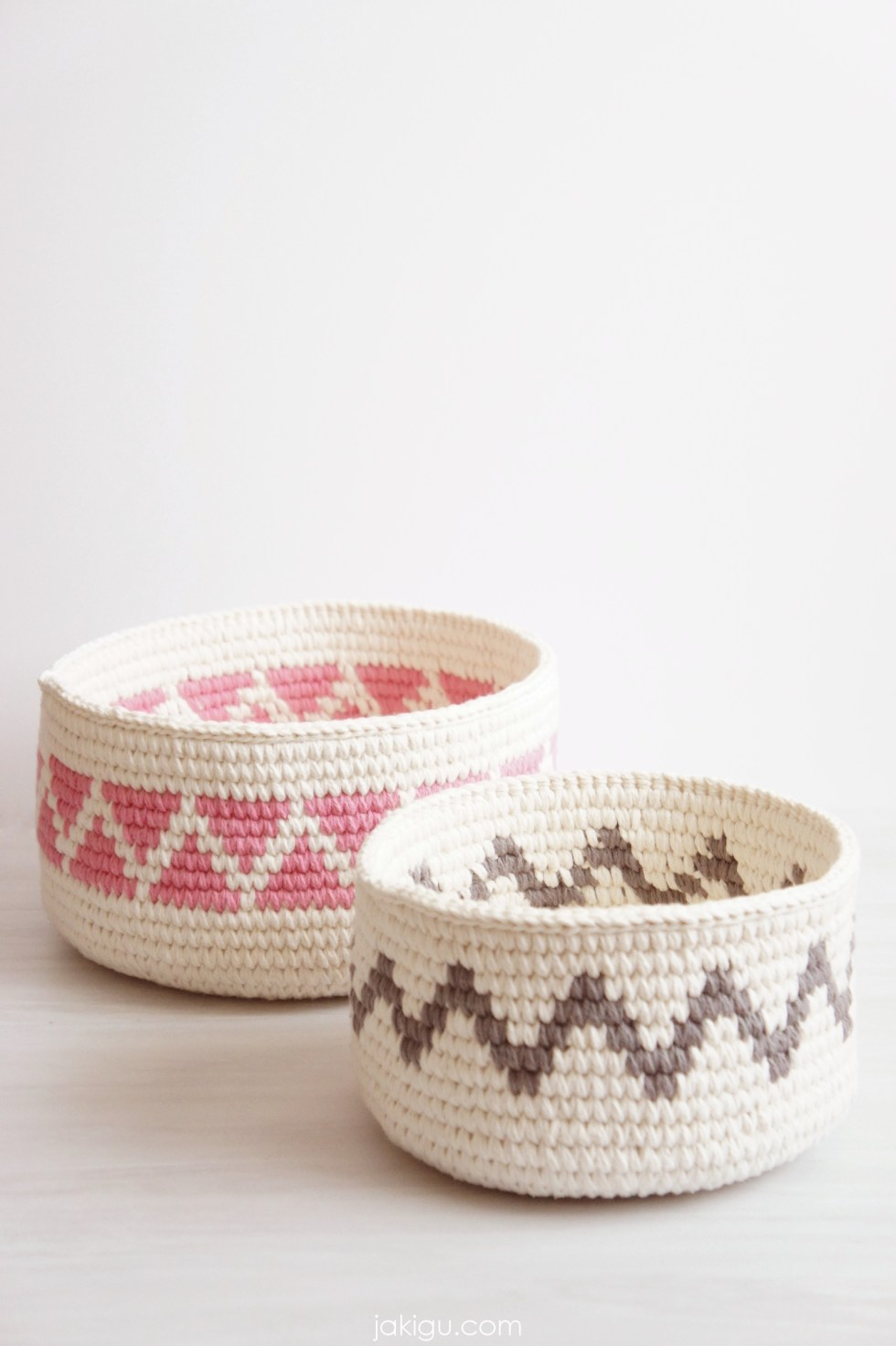 Geometric crochet baskets / Crochet triangles and chevron / Sturdy Crochet baskets / jakigu.com