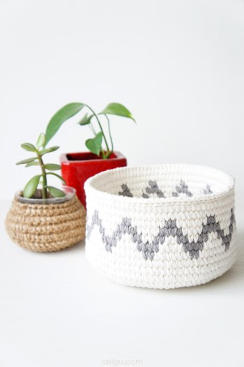 Geometric crochet basket - detailed crochet pattern and photo tutorial by jakigu.com
