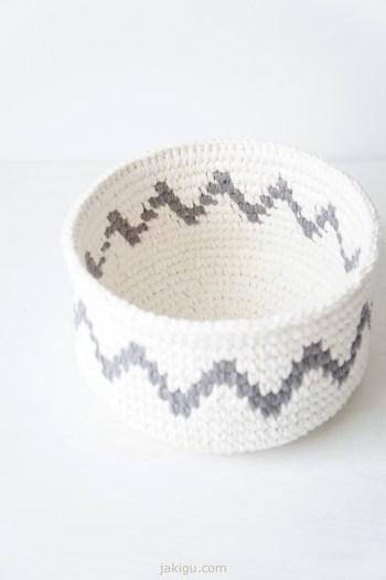Coiled crochet basket with chevron detail   jakigu.com design