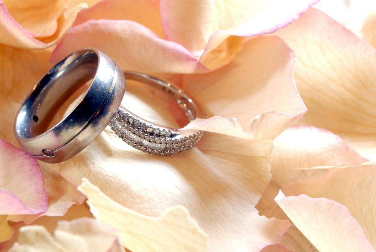 How to Choose Between Off-The-Shelf and Bespoke Wedding Rings