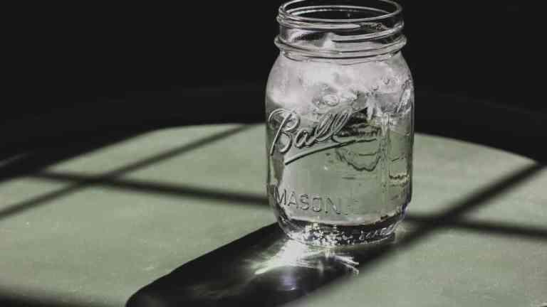 Płukanka do włosów z wody… mineralnej? Czy to działa?