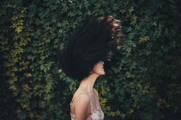 Jak myć włosy bez szamponu? Metoda no poo