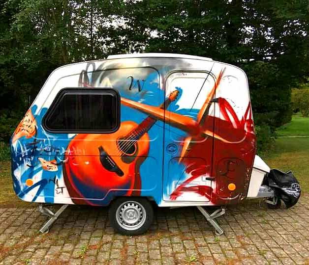 Graffiti kunstner maler campingvogn