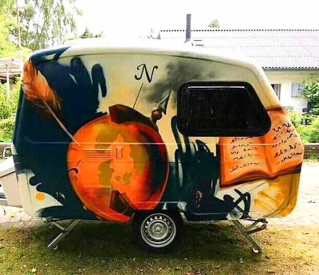 Graffiti udsmykning på campingvogn