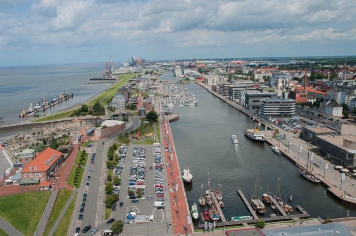 Die Weser (oben rechts)  hat als Tidengewässer einen Höhenunterschied von bis zu 4m. Damit dieser im neuen Sportboothafen nicht so unangenehm spürbar ist, liegt das Hafenbecken hinter einer Schleuse.
