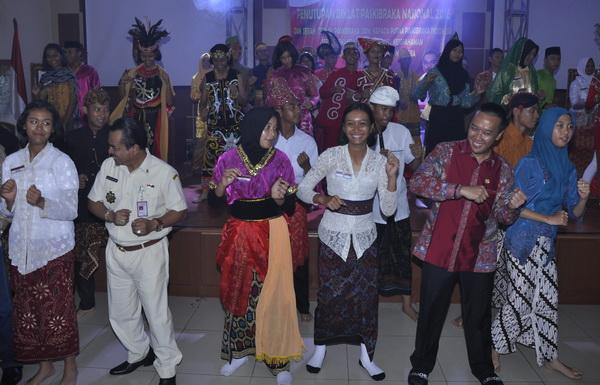 Ketua Umum PPI Gousta Feriza menamani Menpora Imam Nahrawi menari poco-poco dengan adik-adik paskibraka nasional 2016 (sigit herjanto)