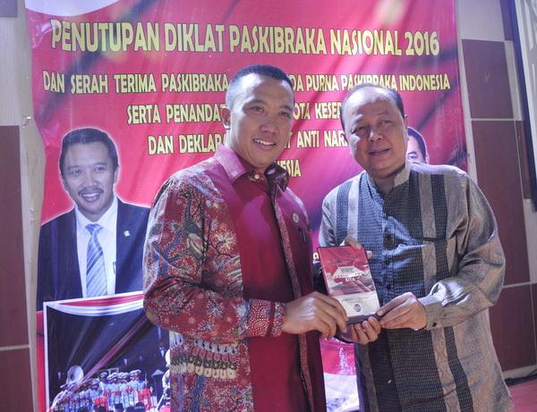 Pemred-SCTV-Indosiar-dan-Liputan6.com-Mohammad-Teguh-menyerahkan-CD-program-acara-paskibraka-kepada-Menpora-Imam-Nahrawi-sigit-herjanto.