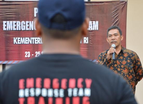 Pejabat Biro Umum Kemeterian Keuangan Wellem Ganap tampak sedang memberikan arahan dalam penutupan acara Pelatihan ERT (sigit herjanto)