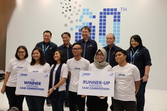 Para-Pemenang-Kompetisi-Z-IDEAS-berfoto-bersama-jajaran-manajemen-Asuransi-Astra. (istimewa)