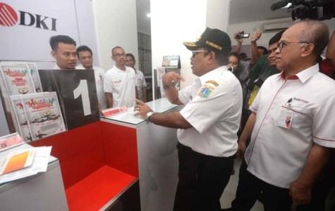 Plt Gubernur DKI Sumarsono didampingi Dirut Bank DKI Kresno Sediarso meninjau layanan Bank DKI. (Infobanknews.com)