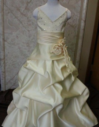 Sweetheart miniature wedding dress with waistline dangling roses and pickup skirt