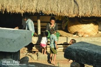 Kegiatan masyarakat kampung tarung