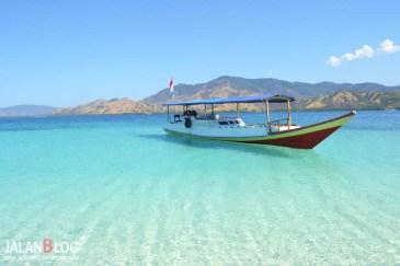 Kapal menepi di Pulau Rutong