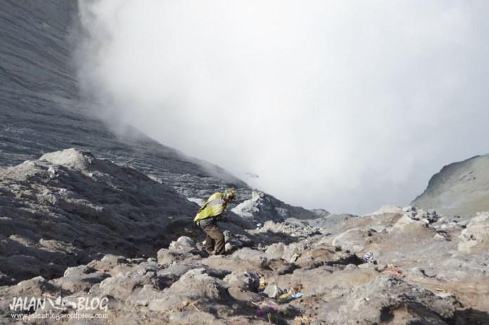 Suku tengger sedang memungut sampah2 pengunjug di kawah Bromo