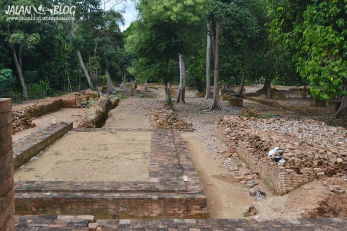 Reruntuhan Candi yang belum di pugar