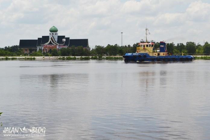 Aktivitas Kapal di Sungai Siak