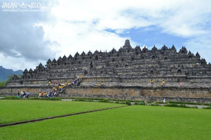 Hamparan rumput Hijau Borobudur