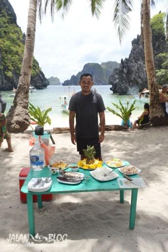 Makan siang ditepi pantai