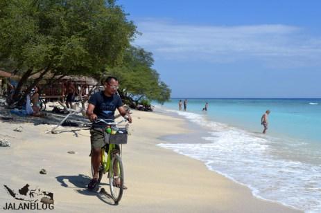 Bersepeda di pantai