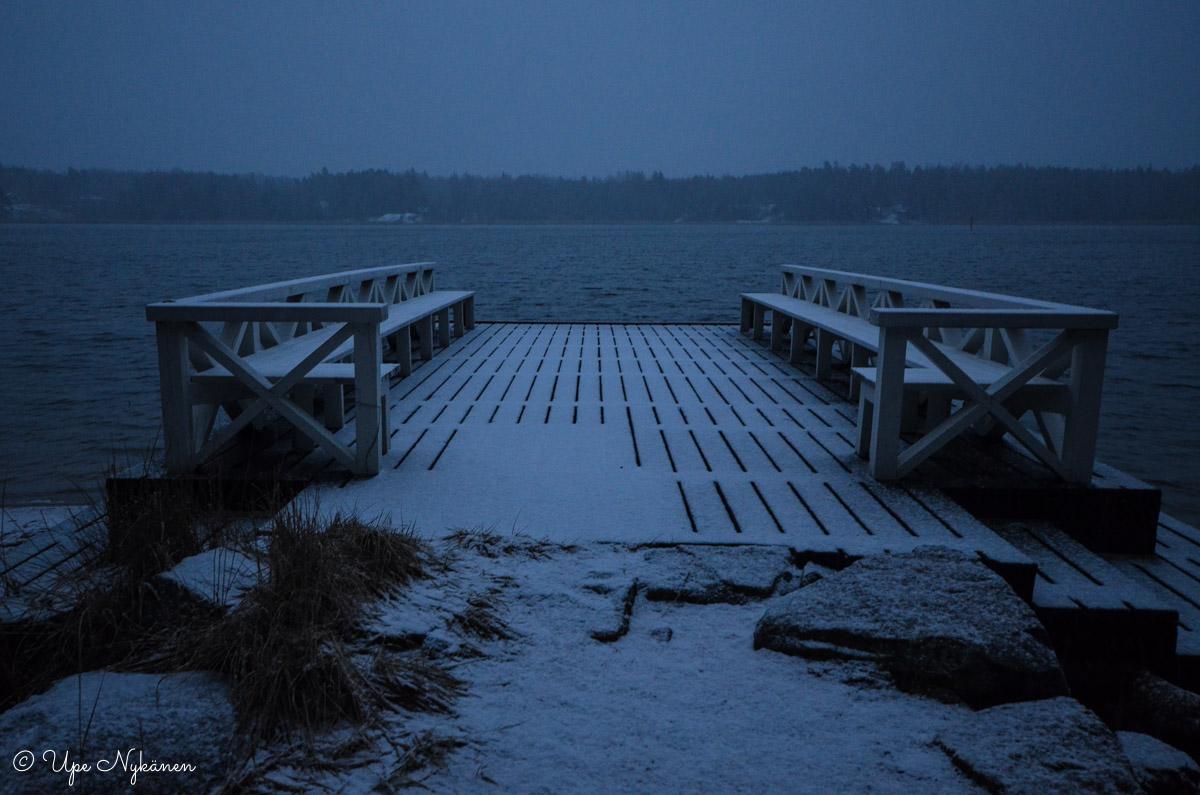 Dagmarin puiston rantalaituri iltahämärissä