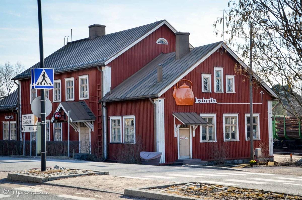 Vanhan rautatieaseman rakennus, jossa on kahvila.