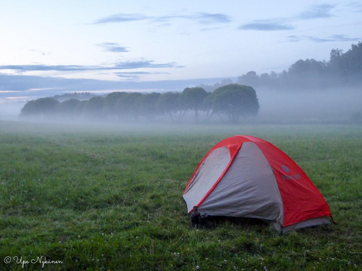 Yksinäinen teltta iltausvassa Salmen telttailualueella.