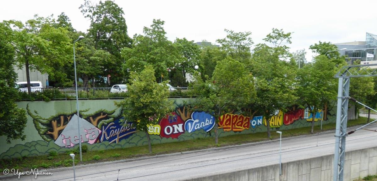 Tietä käyden tien on vanki, vapaa on vain umpihanki -taidegraffiti Hyvinkäällä.