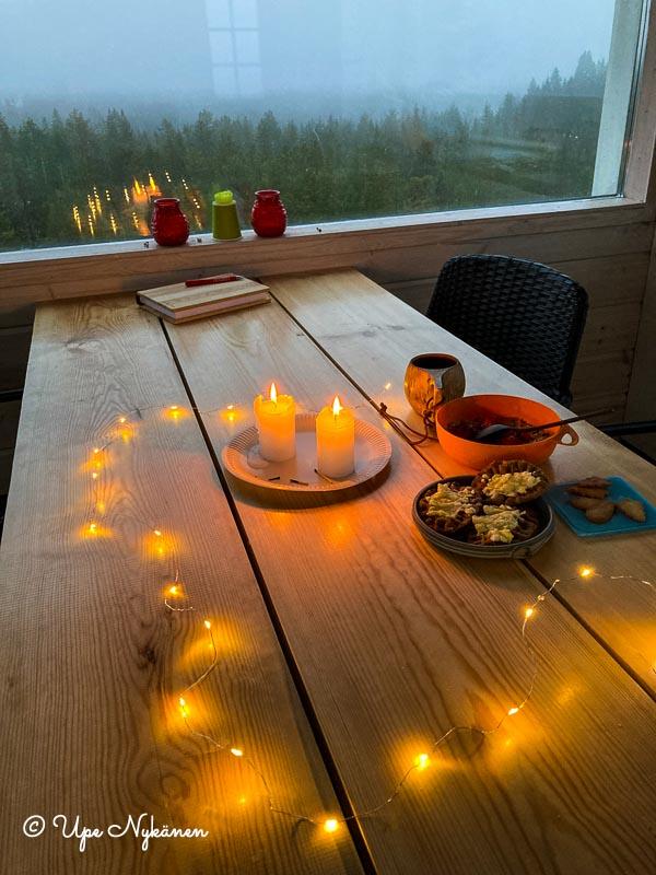 Valoköynnös ja kynttilät valaisevat näkötornin aamiaispöytää.