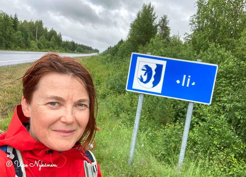 Upe ja Iin kunnan vaakunalla varustettu kyltti kunnan rajalla.