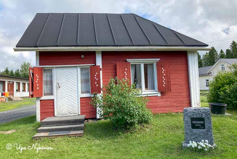 Kuivaniemen kotiseutumuseoon kuuluva sivurakennus, joka näyttää harjakattoisen talon puolikkaalta.