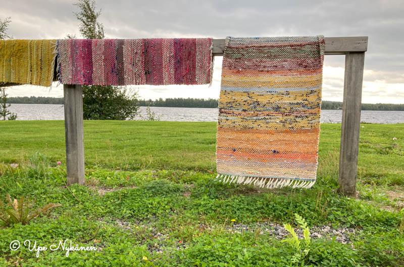 Räsymattoja kuivamassa Kemijoen rannassa Alakorkalon matonpesupaikalla.