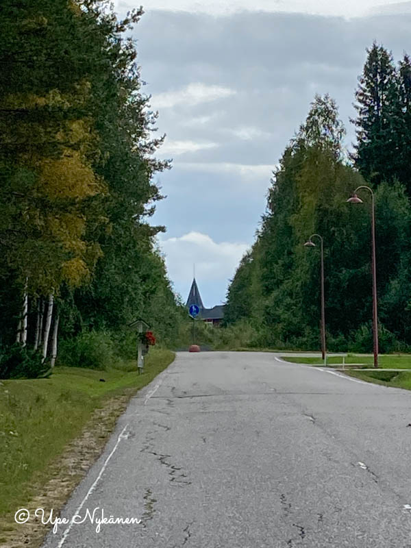 Suora asvalttitie kohti Napapiirin pajakylää.