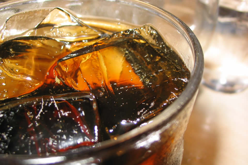 Refrescos durante las comidas: mala idea