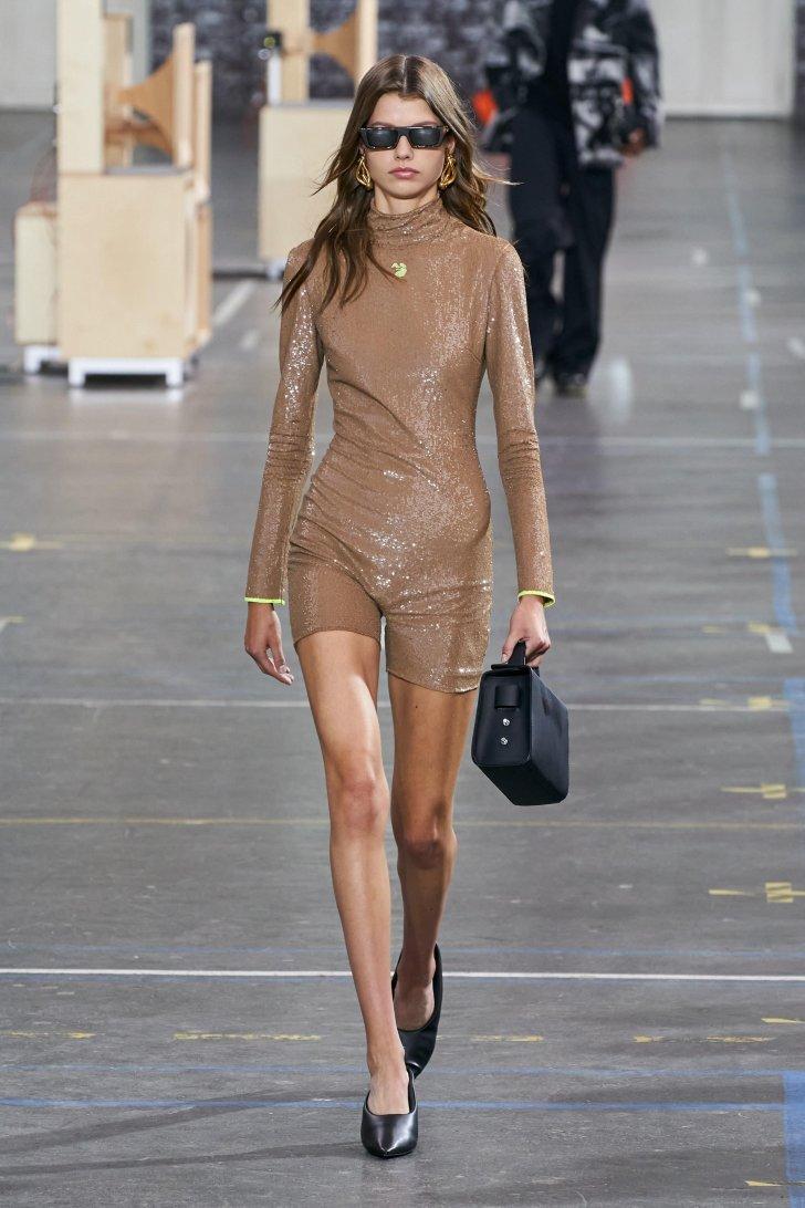 اتجاهات الموضة خارج الأبيض 2021 2022 منازل أزياء الخريف ملابس لامعة لامعة