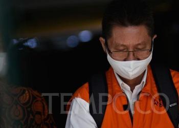 Terdakwa Legal Manager PT Duta Palma Group Tahun 2014, Suheri Tirta meninggalkan gedung KPK setelah menjalani sidang, di Jakarta, Selasa, 25 Agustus 2020.