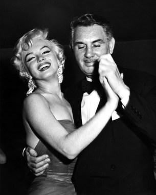 Charles K. Feldman, le responsable de Casino Royale, avec Maryline Monroe